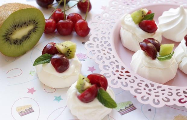 Meringhe alla frutta fresca e yogurt greco