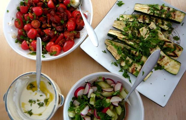 Tavola allegra con verdura e frutta