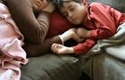 Bambini rilassati grazie a coccole e carezze